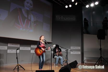 マリア アコースティック・ライブ「NUDE VOICE #2」:KDDIデザイニングスタジオ