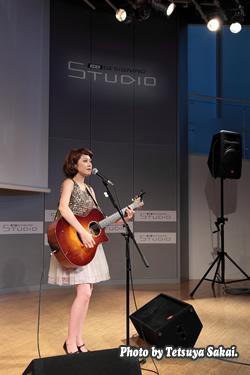 マリア アコースティック・ライブ「NUDE VOICE ♯4」:KDDIデザイニングスタジオ