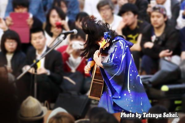 少女「さユり」新宿駅Suicaペンギン広場:路上ライブ
